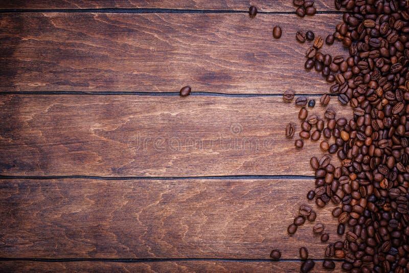 De houten achtergrond van koffiebonen stock fotografie