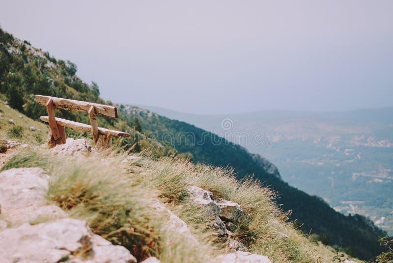 De houten bank bovenop de berg royalty-vrije stock fotografie