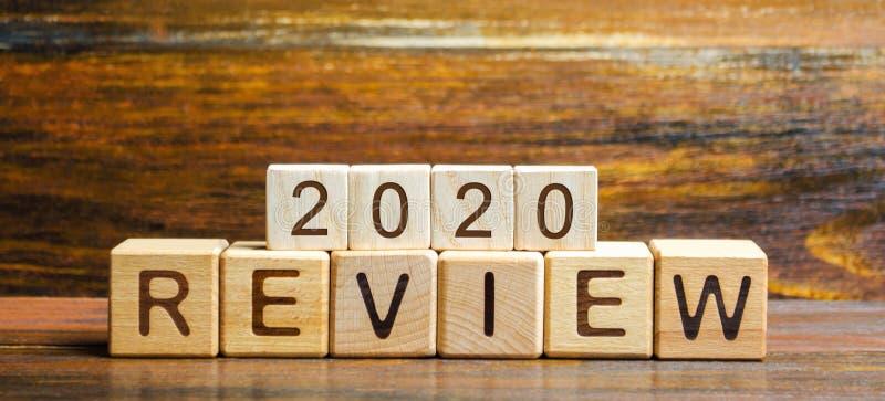 De houten blokken met het woord herzien 2020 Bedrijfs concept Terugkoppeling, Vooruitgang Nieuwe tendensen en vooruitzichten Fina royalty-vrije stock afbeeldingen