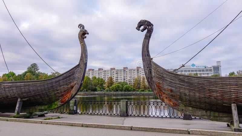 De houten boot van Drakkarviking op de waterkant royalty-vrije stock afbeeldingen