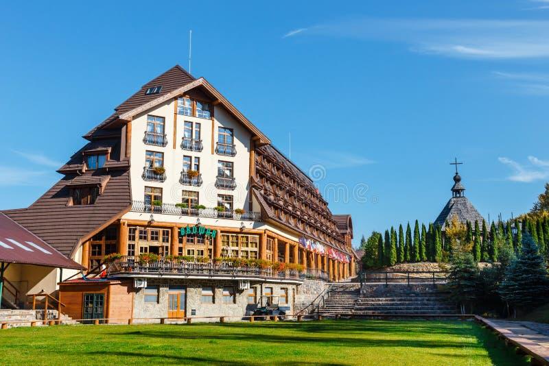 De houten bouw van een hotel in openluchtmuseum in Szymbark-dorp, Polen royalty-vrije stock afbeelding