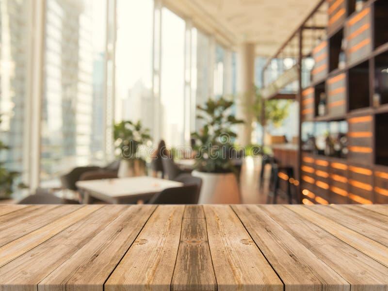 De houten bovenkant van de raads lege lijst van vage achtergrond Perspectief bruine houten lijst over onduidelijk beeld op de ach stock foto's