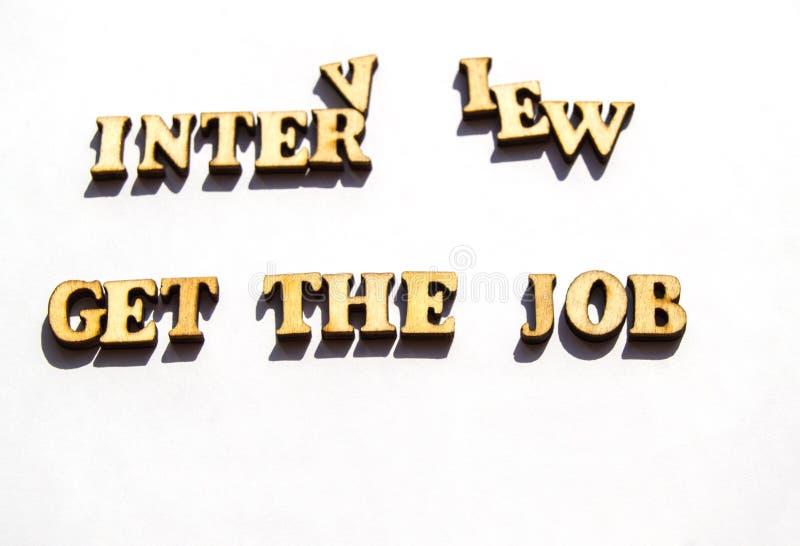 De houten brieven met een scherpe schaduw op een wit achtergrond geschreven woordgesprek krijgen het baanonderzoek, het concept g royalty-vrije stock afbeelding