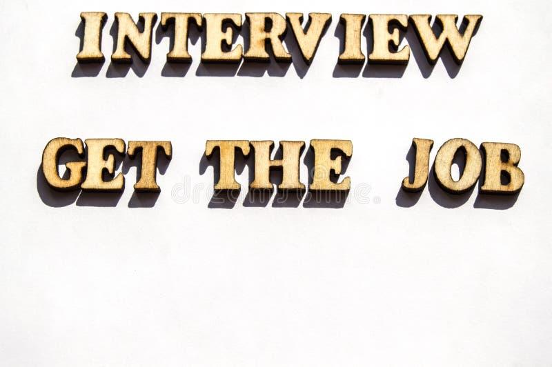De houten brieven met een scherpe schaduw op een wit achtergrond geschreven woordgesprek krijgen het baanonderzoek, het concept g royalty-vrije stock afbeeldingen