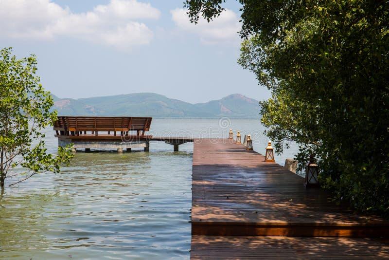 De houten brug die aan paviljoen in het overzees landen royalty-vrije stock foto