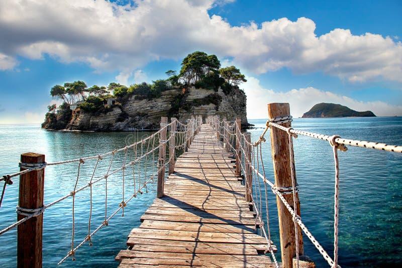 De houten brug die het overzees overzien leidt tot een eiland met palmen It' s een kabelbrug Het wordt gevestigd in Zakyntho stock foto