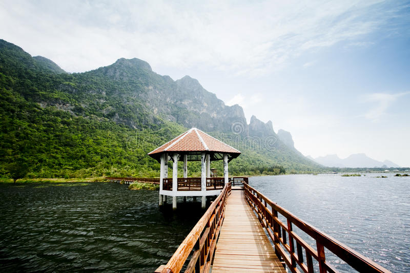 De houten brug in lotusbloemmeer en het houten paviljoen van de waterkant, bij royalty-vrije stock foto's
