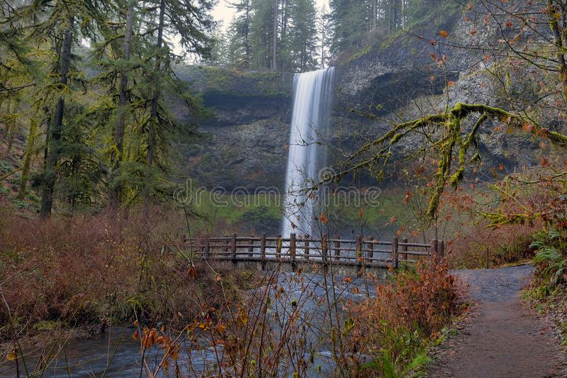 De houten Brug op Wandelingssleep bij Zilver valt het Park van de Staat Oregon de V.S. stock foto's