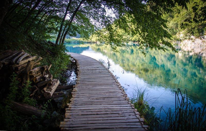 De houten brug van de wegpromenade, de Nationale Meren van parkplitvice, Croa stock foto