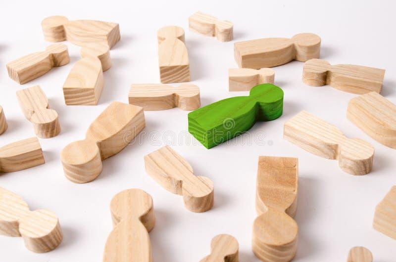 De houten cijfers van mensen liggen op een witte achtergrond stock foto