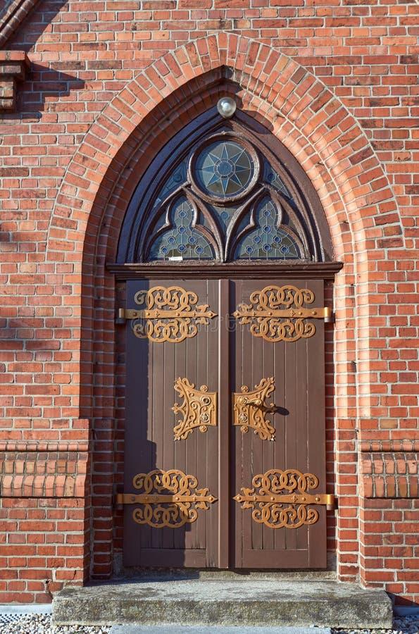 De houten deur aan de Gotische kerk stock foto