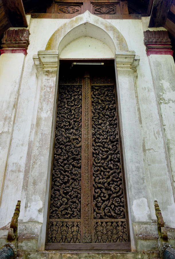De houten deuren van Wat Don Saks Carved binnen, Uttaradit, T royalty-vrije stock foto