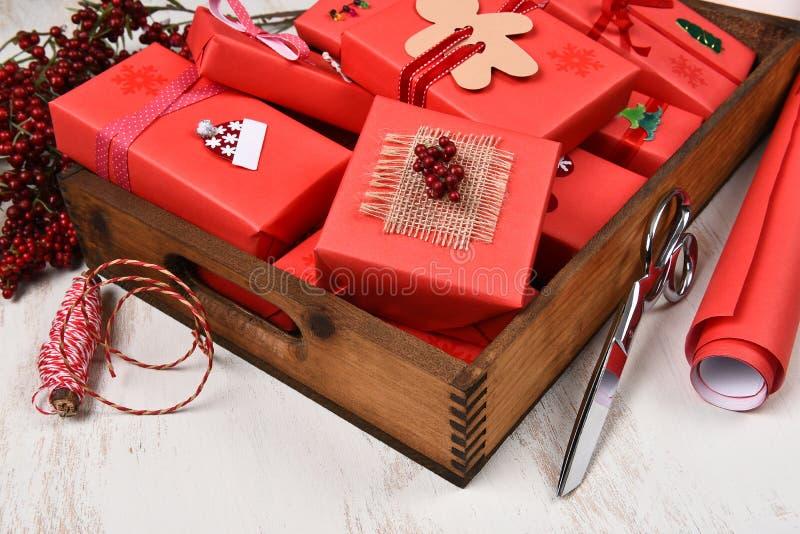 De houten die Doos wordt gevuld met stelt voor stock afbeeldingen