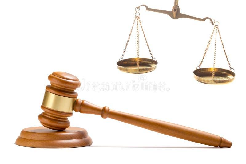De houten die hamer van de rechtershamer en de Rechtvaardigheidswet beoordelen de schalen van het messingssaldo op witte achtergr royalty-vrije stock afbeelding
