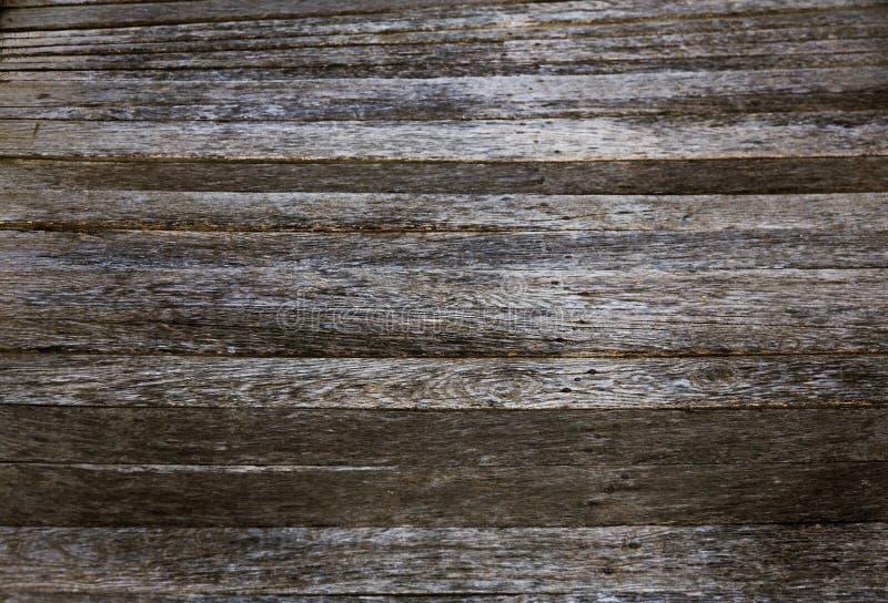 De houten donkere achtergrond of het behang van de plankentextuur heeft de overlappings houten muur horizontaal schade van oud Do stock fotografie