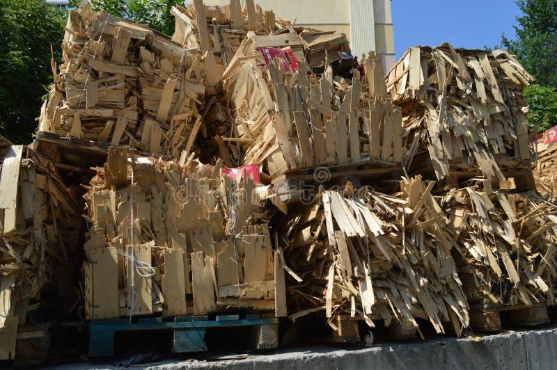 De houten dozen whick verbranden, Eik, Berk, de dozen van het Elsbrandhout op de pallets royalty-vrije stock afbeeldingen