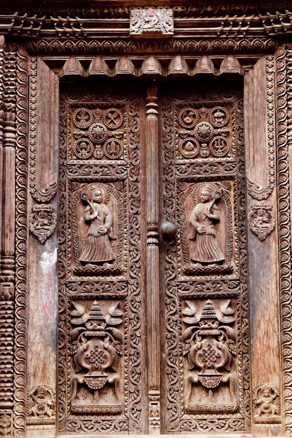 De houten gesneden deur van de tempel royalty-vrije stock foto
