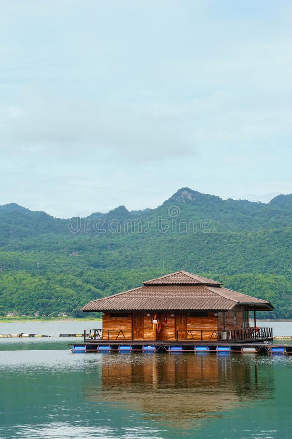 De houten het drijven toevlucht van het vlothuis door berg Kanchanaburi, Thailand royalty-vrije stock afbeeldingen