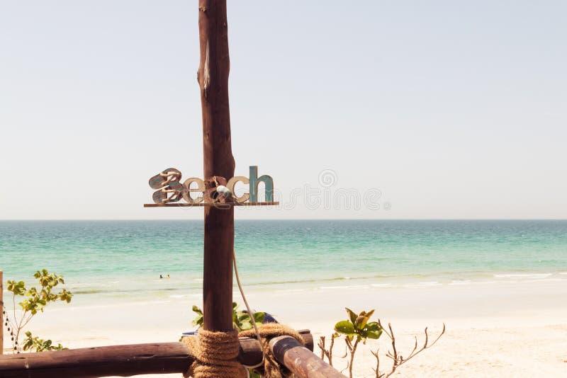 De houten inschrijving van het de zomerstrand van het strandteken, rust, zand, overzees Houten plaque met het inschrijvingsstrand stock fotografie