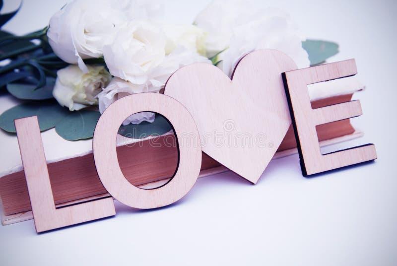 De houten inschrijving van liefdebrieven met hartvorm Uitstekende stijl met witte bloemen gestemd royalty-vrije stock afbeeldingen