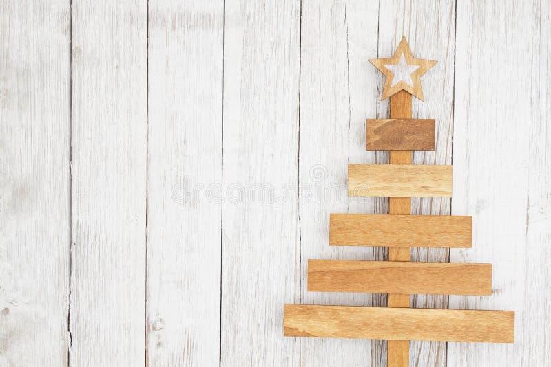 De houten Kerstboom op doorstaan vergoelijkt geweven houten achtergrond stock afbeeldingen