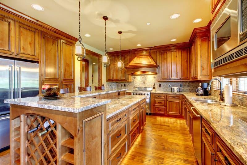 De houten keuken van de luxe met granietcountertop. stock afbeelding