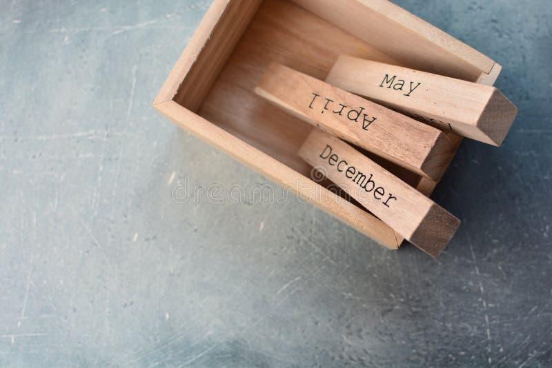 De houten kubussen van de maandkalender in doos Planning voor bedrijfsconceptenachtergrond royalty-vrije stock afbeelding