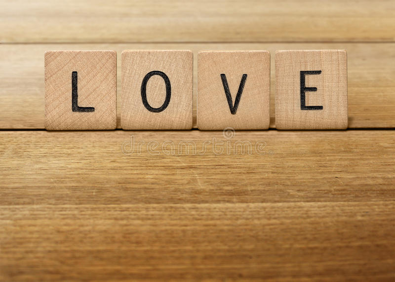 De houten liefde van de Scrabblebrief royalty-vrije stock afbeeldingen