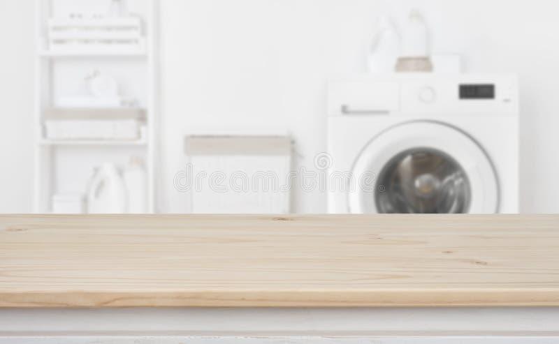 De houten lijst voor defocused wasmachine en wasserij stock fotografie