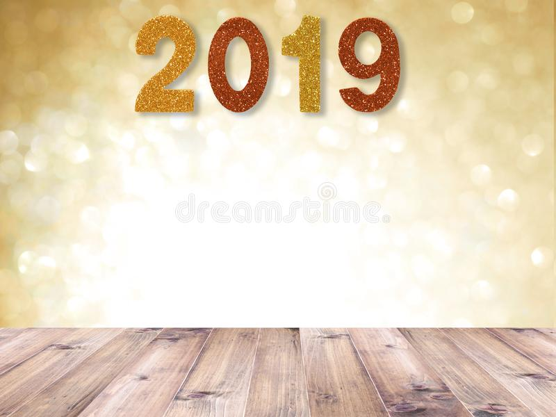 De houten lijstbovenkant en 2019 het Nieuwe jaar aantal over gouden samenvatting schittert blured achtergrond en witte bokeh voor royalty-vrije stock afbeeldingen