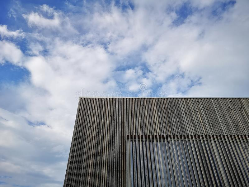 De houten moderne bouw met verbazende hemel, eigentijdse architectuur met geraffineerde lijnen en minimalistisch ontwerp stock foto