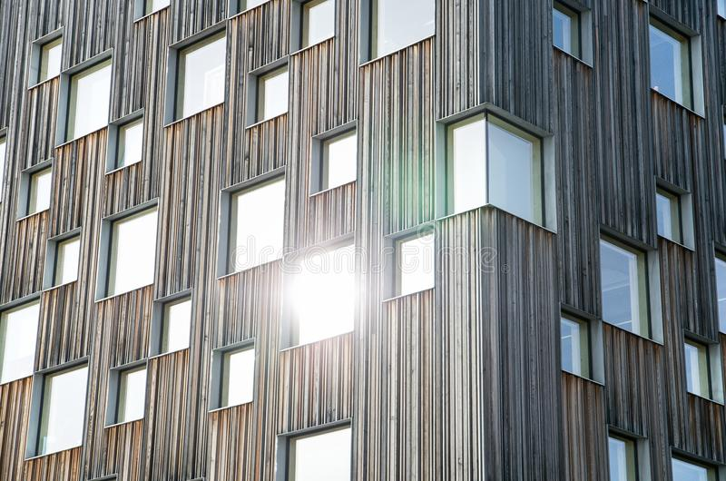 De houten museumbouw met vensters in Zweden stock fotografie