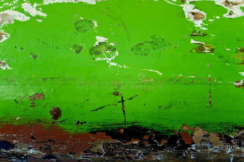 De houten oppervlakte schilderde in groene kleur, pellende verf, ruwe textuurachtergrond, oude houten Raad, een fragment van oud stock foto