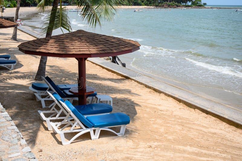 De houten parasol met sunbed op het strand stock foto's