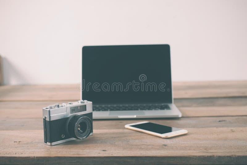 de houten plaats van het lijstwerk van laptop van de hipsterpersoon, retro camera, s stock foto