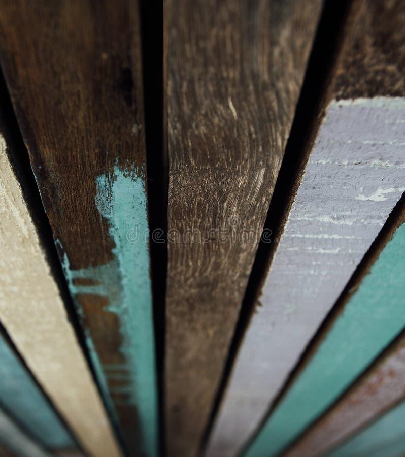 De houten raad schilderde met kleurrijke verf Oude gekleurde houten verven als achtergrond stock fotografie