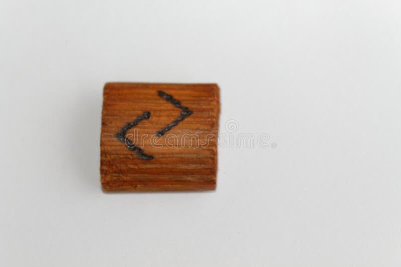 De houten rune wat jaar betekent, goed jaar, oogst, ligt op een lijst aangaande een witte achtergrond royalty-vrije stock fotografie