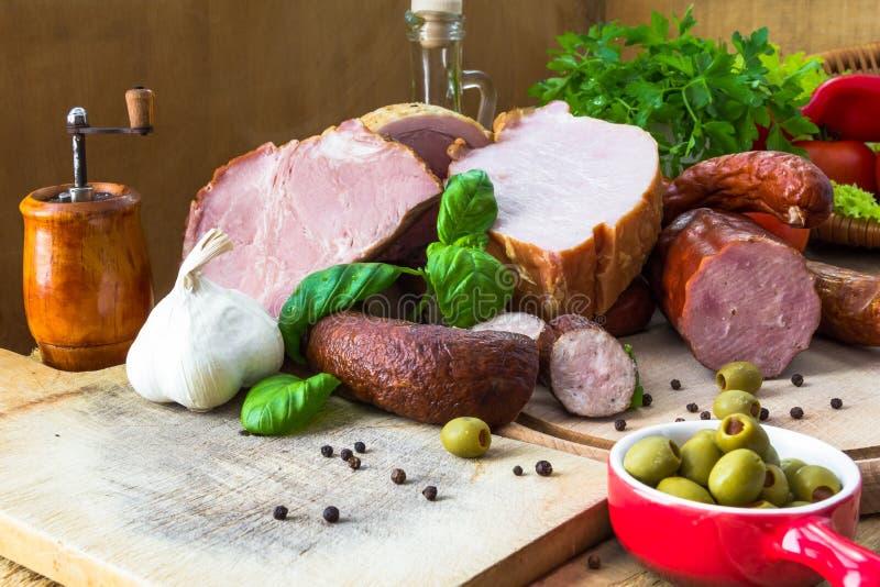 De houten scherpe raad van verscheidenheidsvleeswaren royalty-vrije stock foto