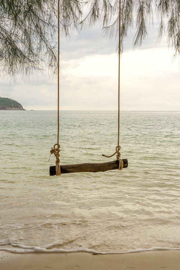 De houten schommeling op een tropisch strand, sluit omhoog stock foto