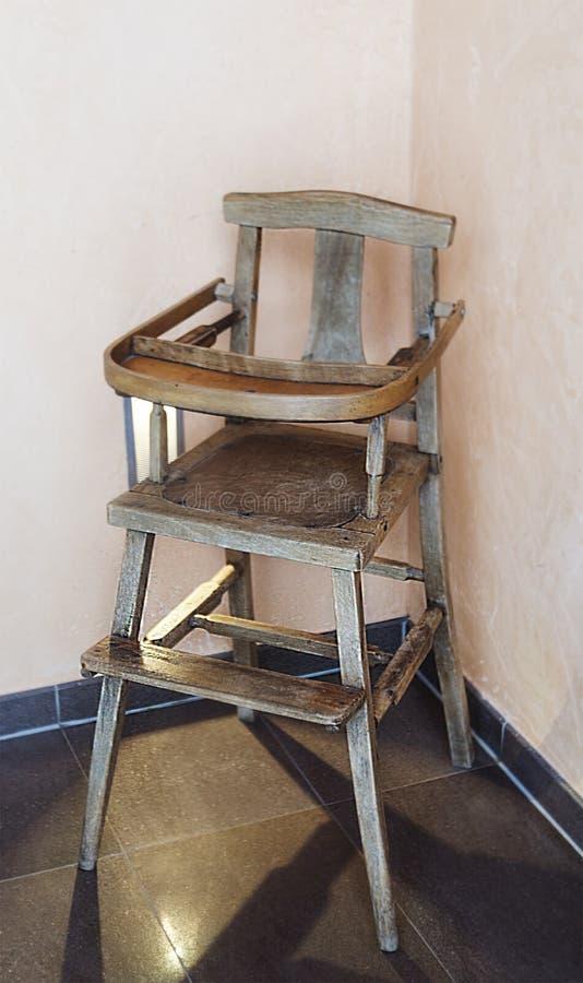 De houten stoel van Retro kinderen tegen de muur stock afbeeldingen