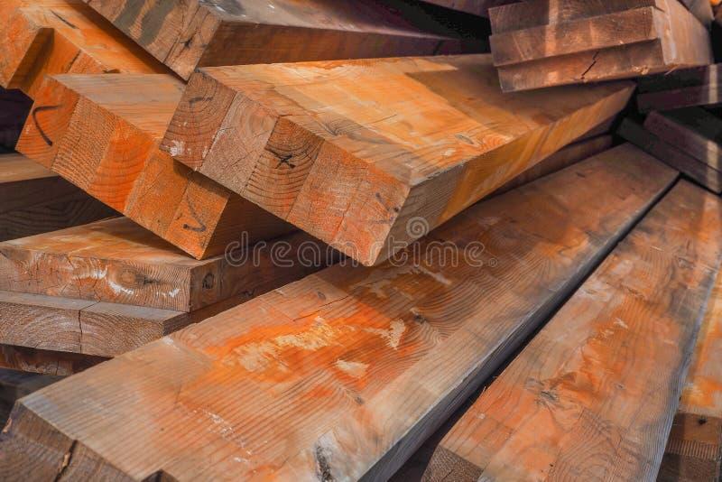 De houten stralen zijn behandeld met roestinhibitor Vuurvast makende houten structuren Houten planken gestapelde stapel royalty-vrije stock afbeelding