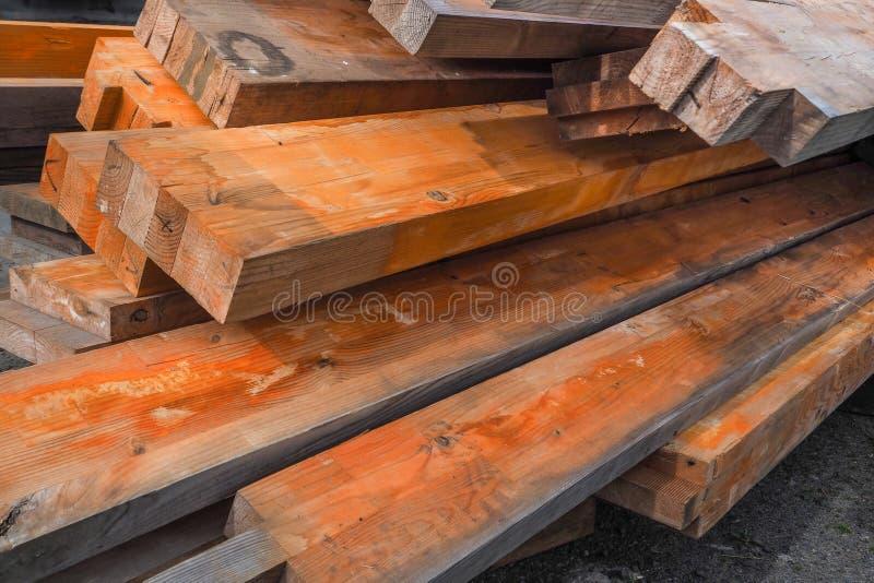 De houten stralen zijn behandeld met roestinhibitor Vuurvast makende houten structuren Houten planken gestapelde stapel stock afbeelding