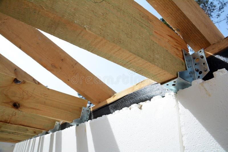 De houten structuur van het gebouw Installatie van houten stralen bij bouw het systeem van de dakbundel van het huis royalty-vrije stock afbeelding