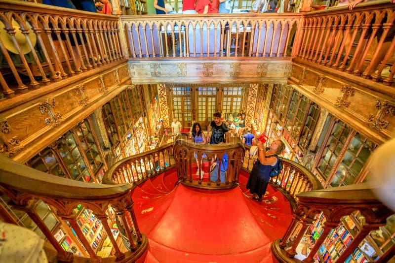 De houten trap van bibliotheeklello stock afbeeldingen
