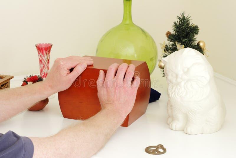 De Houten Urn van de Holding van handen stock afbeelding