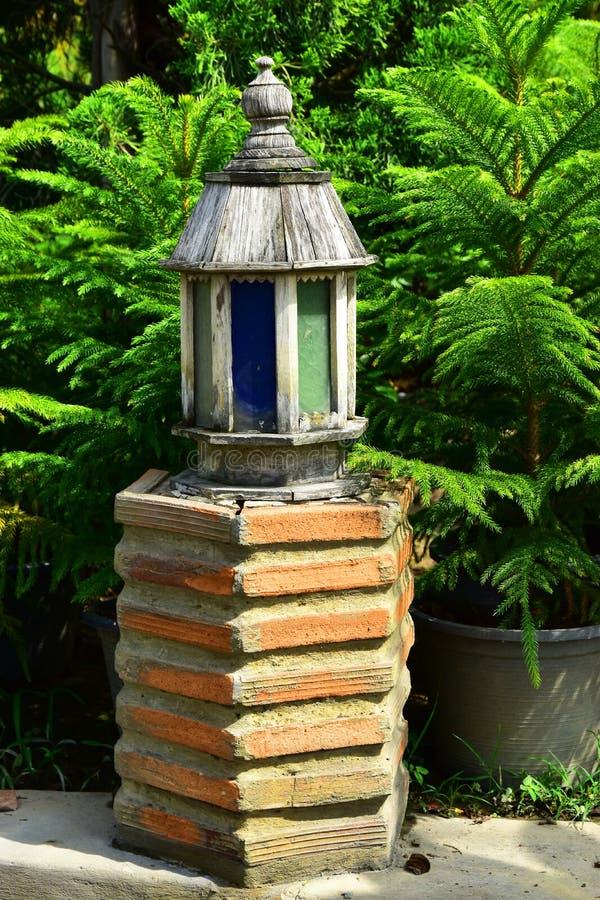 De Houten Verlichtingslamp in de tuin stock foto's