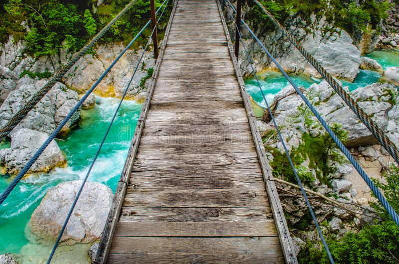 De houten voetrivier Soca die Slovenië van de brugvoetgangersbrug wild achtergrond persoonlijk perspectiefstandpunt POV hangen stock afbeeldingen