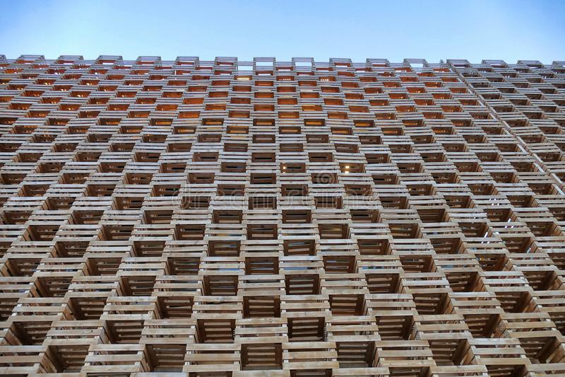 De houten voorgevel bouwt de geometrische mening van het patroonperspectief van onderaan op blauwe hemel royalty-vrije stock afbeelding