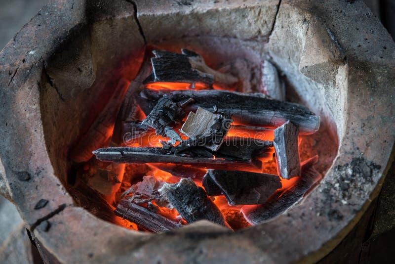 De houtskool in het fornuis stock foto's