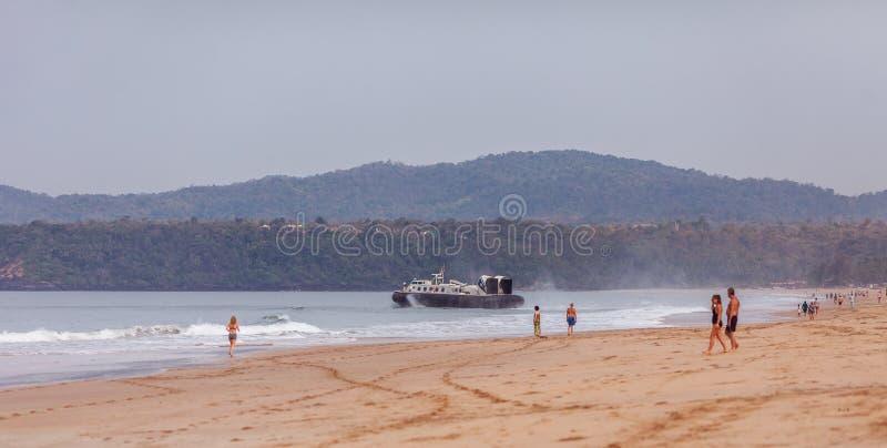 De hovercraft, de Indische kustwachtzeilen vanaf één van is royalty-vrije stock afbeelding